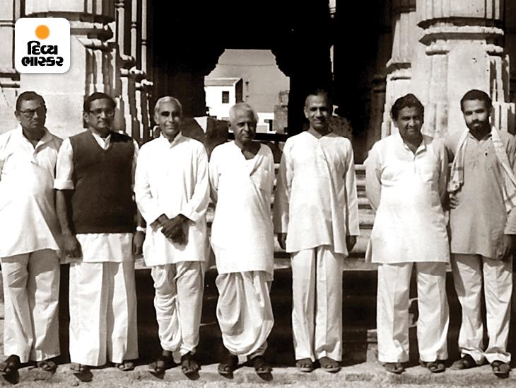 આ તસવીર 80ના દાયકાની છે, જ્યારે નરેન્દ્ર મોદી અને લક્ષ્મણરાવ ઇનામદાર સોમનાથ મંદિરનાં દર્શન કરવા ગયા હતા. મોદી સૌથી જમણી બાજુએ ઊભા છે.
