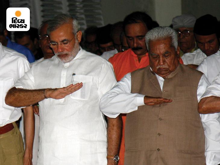 આરએસએસના એક કાર્યક્રમ દરમિયાન ગુજરાતના પૂર્વ સીએમ કેશુભાઈ પટેલ સાથે મોદી. મોદીને ગુજરાતના રાજકારણમાં લાવવાનું શ્રેય કેશુભાઈ પટેલને જાય છે. જોકે 2001માં ભાજપે તેમને હટાવી દીધા હતા અને મોદીને સીએમ બનાવ્યા હતા.