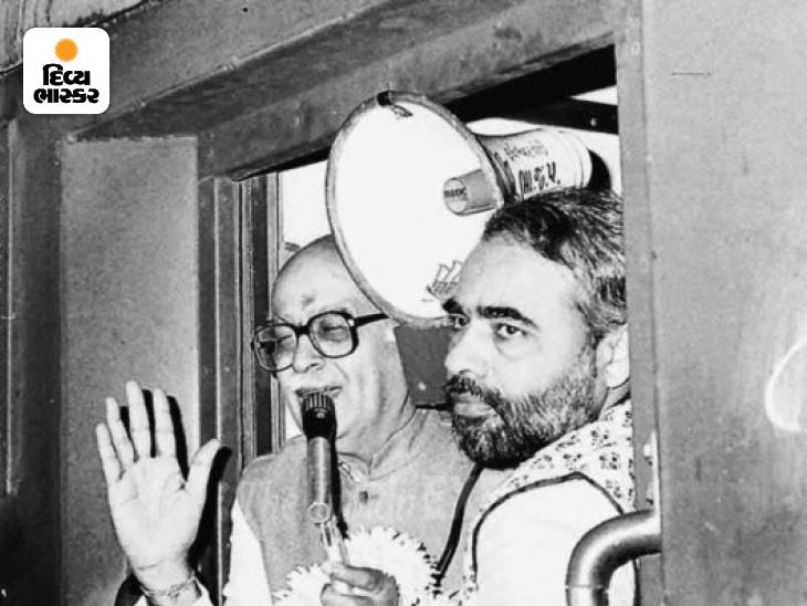 નરેન્દ્ર મોદીને 1990માં લાલકૃષ્ણ અડવાણીની પ્રખ્યાત રથયાત્રાના ગુજરાતના ભાગનું આયોજન કરવાની જવાબદારી આપવામાં આવી હતી. ગુજરાતમાં રથયાત્રાના દરેક મહત્ત્વના મંચ દરમિયાન મોદીનો ફોટો લાલકૃષ્ણ અડવાણી સાથે.
