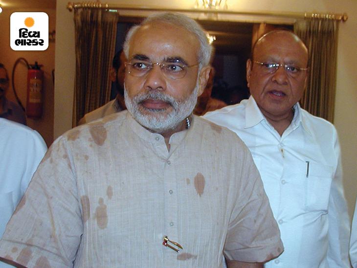 ગુજરાતના પૂર્વ મુખ્યમંત્રી શંકરસિંહ વાઘેલા સાથે નરેન્દ્ર મોદી. તેમની રાજનીતિના શરૂઆતના દિવસોમાં મોદી વાઘેલાની નજીક હતા, પરંતુ 1996માં મોદીના વિરોધને કારણે વાઘેલાને સીએમપદ છોડવું પડ્યું હતું.
