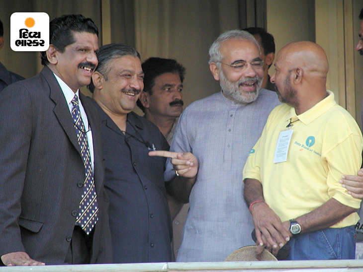 ગુજરાત ક્રિકેટ એસોસિયેશનના એક કાર્યક્રમ દરમિયાન નરેન્દ્ર મોદી ભારતના જાણીતા પૂર્વ વિકેટકીપર સૈયદ કિરમાની સાથે. મોદી એ સમયે ગુજરાતના મુખ્યમંત્રી હતા.