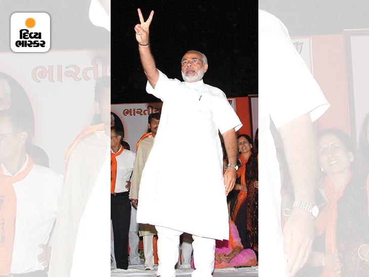 નરેન્દ્ર મોદી 2007ની ગુજરાત વિધાનસભાની ચૂંટણીમાં ભાજપની જીત બાદ અમદાવાદમાં એક રેલી દરમિયાન વિજયના સંકેત દર્શાવે છે. ત્યાર બાદ ભાજપે 117 બેઠક મેળવી હતી. મોદી સતત બીજી વખત મુખ્યમંત્રી બન્યા હતા.