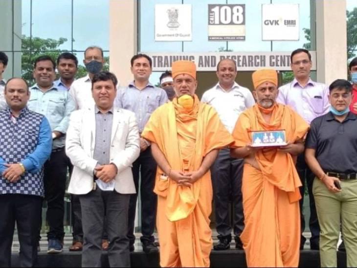 જ્ઞાનવત્સલ સ્વામીની 108 ઈમરજન્સી રીસ્પોન્સ સેન્ટર ખાતે મુલાકાત - Divya Bhaskar