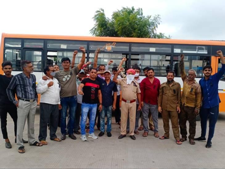 ગુજરાતમાં એસ.ટી. નિગમના કર્મચારીઓએ આંદોલન શરૂ કર્યું - Divya Bhaskar