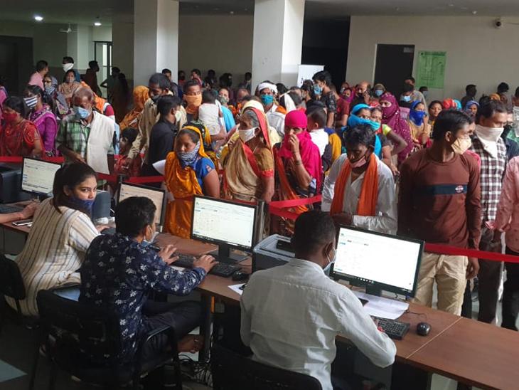 દાહોદની ઝાયડસ હોસ્પિટલમાં કેસ કઢાવવા લોકોની કતાર - Divya Bhaskar