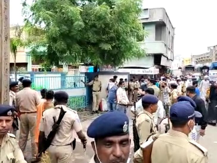 બી ડિવિઝનની બહાર પોલીસ બંદોબસ્ત ગોઠવાયો - Divya Bhaskar