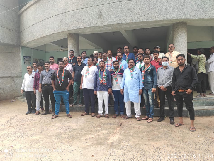 માણસા નગરપાલિકાની વોર્ડ નં-4ની ખાલી પડેલી બેઠક માટે કોંગ્રેસના ઉમેદવારે તેમના સમર્થકો સાથે જઈને ફોર્મ ભર્યું હતું. - Divya Bhaskar