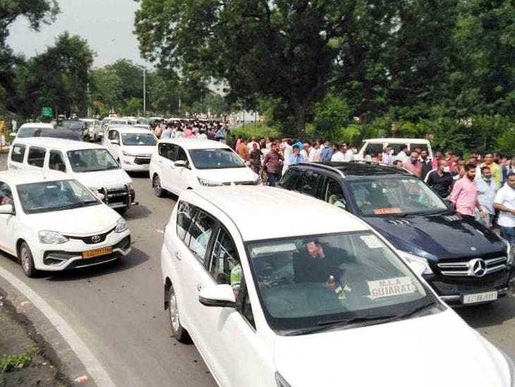ગુજરાત રાજ્યના નવા મંત્રીમંડળના શપથવિધિ સમારોહમાં આવનારા ધારાસભ્યો-મંત્રીઓને લઈને ચુસ્ત પોલીસ બંદોબસ્ત ગોઠવવામાં આવ્યો હતો. - Divya Bhaskar