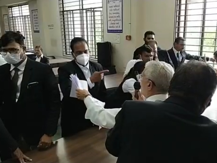 દિવાળીપુરા કોર્ટ સંકુલમાં વકીલોની સભા તોફાની બની હતી, જેમાં કેટલાક વકીલોએ કાગળ ફાડી નાખ્યા હતા. - Divya Bhaskar