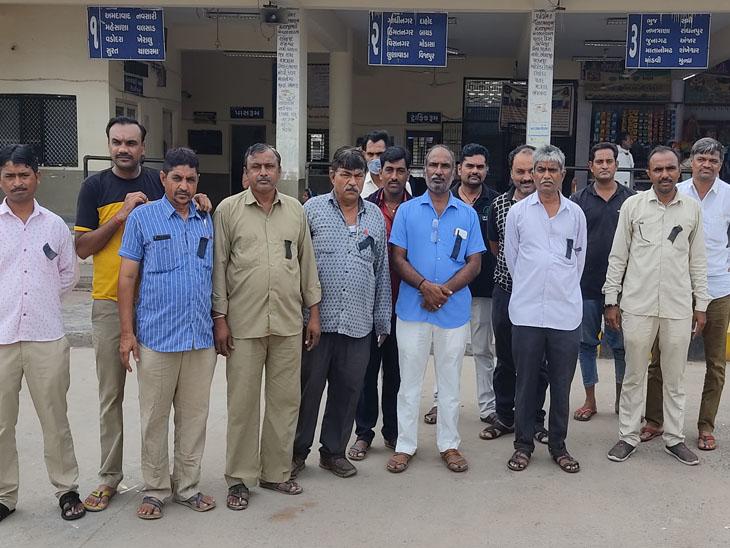 હારિજ એસટી કર્મીઓએ પડતર માંગ મુદ્દે કાળી પટ્ટી લગાવી ફરજ બજાવી હારિજ,Harij - Divya Bhaskar