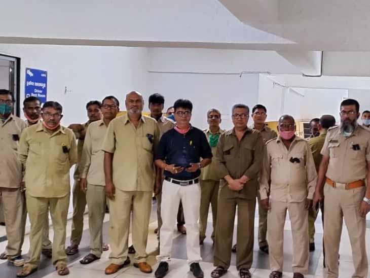 બારડોલી ડેપોના કર્મચારીઓ આંદોલનમાં જોડાઈ કાળી પટ્ટી ધારણ કરી. - Divya Bhaskar