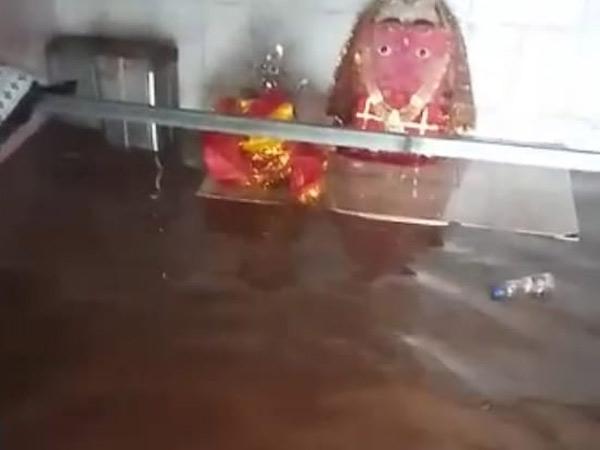 ઈંગોરાળા ડુંગરી માં સાત ઇંચ વરસાદથી સતી માતાજીના મંદિરમાં પાણી ભરાયા. - Divya Bhaskar