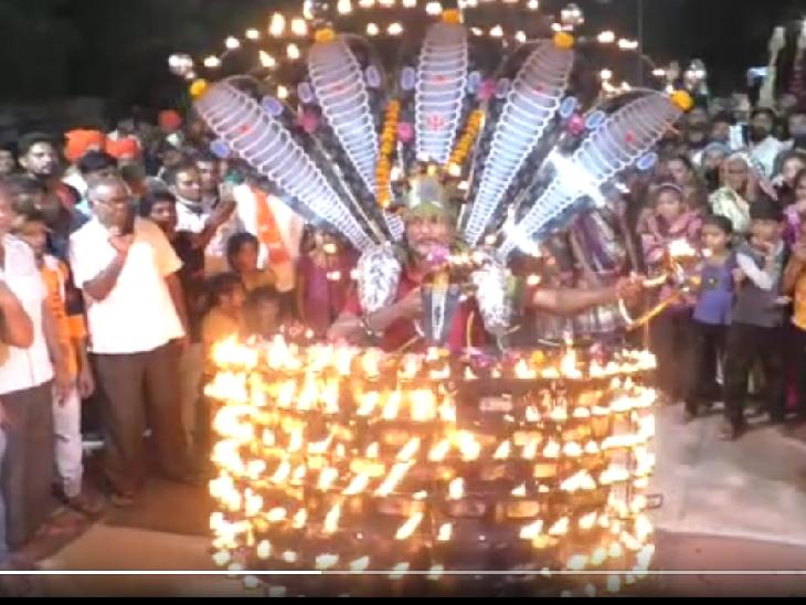 PM મોદીના જન્મદિવસ નિમિતે હાટકેશ્વર મંદિરમાં મહાઆરતી યોજાઈ, વડનગર રેલવે સ્ટેશને ચાની કીટલી પર 'ચાય પે ચર્ચા' યોજવામાં આવી મહેસાણા,Mehsana - Divya Bhaskar