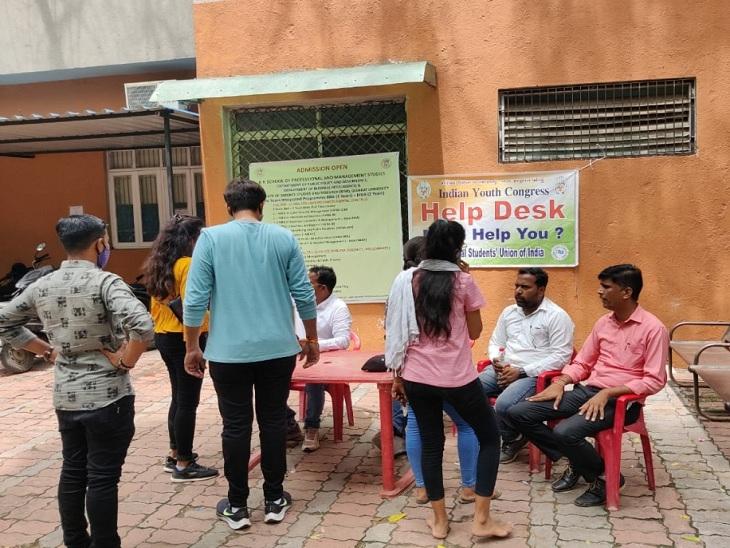 યુથ કોંગ્રેસના હેલ્પ ડેસ્કની તસવીર - Divya Bhaskar