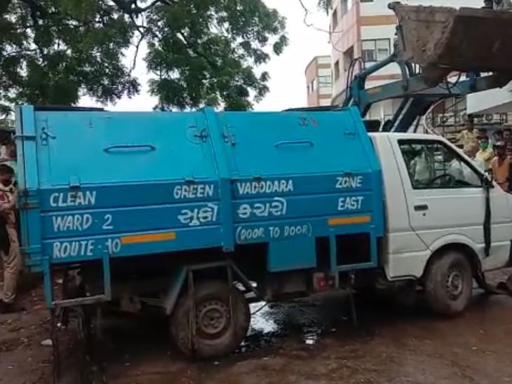 કચરાના ટેમ્પોને કાર પરથી હટાવવા માટે જેસીબી બોલાવાયું હતું.