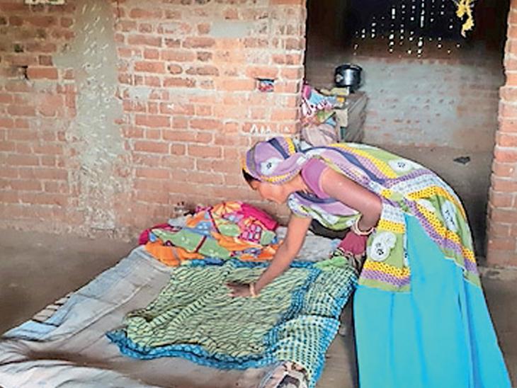 ટીંબા ગામે રાત્રિના દીપડાએ મકાનમાં માતા સાથે સૂઈ રહેલા સાડા ત્રણ માસના નવજાત બાળકને ઉપાડી જઇ મારણ કર્યું હતું.