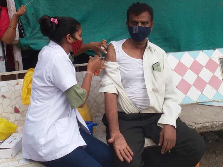 વેક્સિનેશન ચેકિંગ દરમિયાન વેક્સિન ન લેનારને સ્થળ પર જ અપાઈ - Divya Bhaskar