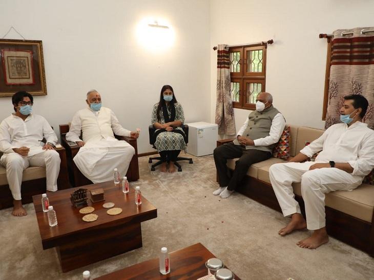 આચાર્ય કૌશલેન્દ્રપ્રસાદજી અને તેજેન્દ્રપ્રસાદજી મહારાજ સાથે CM - Divya Bhaskar