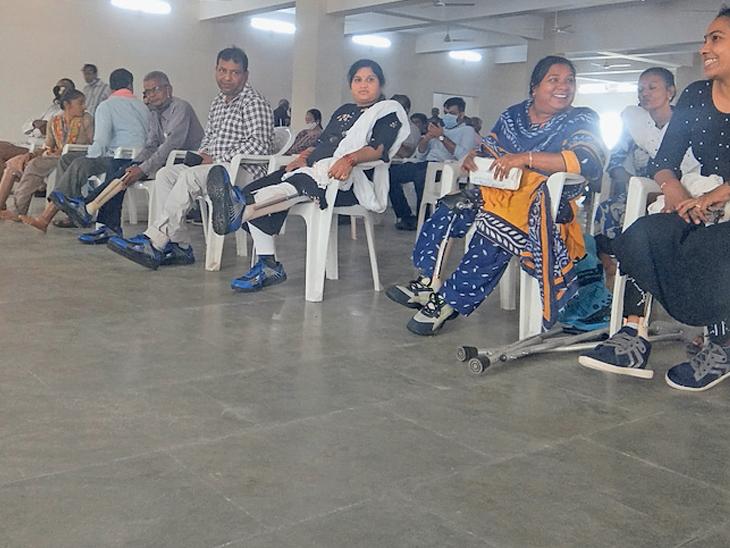દિવ્યાંગોના પગમાં જયપુર ફૂટ ફીટ કરાતાં ચહેરા પર સ્મિત રેલાયું - Divya Bhaskar