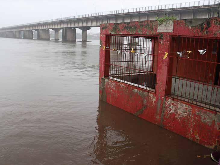 ઉપરવાસમાં તાજેતરના ભારે વરસાદના કારણે તાપી બે કાંઠે વહી રહી છે. હાલમાં અમરોલીના લંકા વિજય ઓવારા ખાતે આવેલા મહાદેવજીના મંદિરના લેવલ સુધી પાણી છે. - Divya Bhaskar