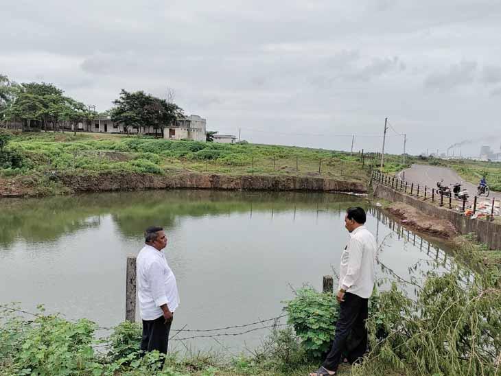 સોનગઢમાં વિસર્જન કરવા માટે દેવજીપૂરા ખાતે કૃત્રિમ તળાવ બનાવવામાં આવ્યું હતું જેનું નિરીક્ષણ કરતા પાલિકા કર્મચારીઓ. - Divya Bhaskar