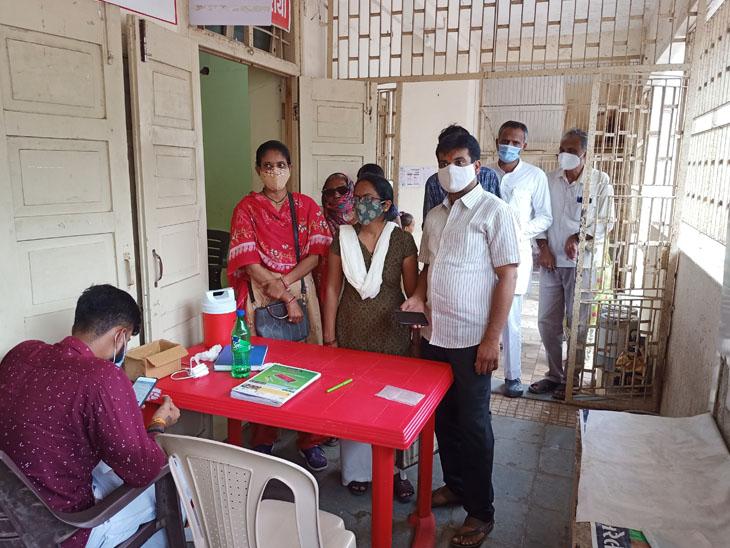 જિલ્લામાં વેક્સિનેશન કેન્દ્ર પર લોકો રસી લેવા પહોંચ્યા હતા. - Divya Bhaskar