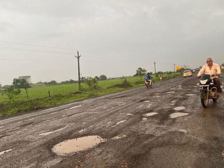 મસમોટા ખાડાઓના કારણે  પસાર થવામાં વાહનચાલકોની અગ્નિ પરીક્ષા ! - Divya Bhaskar