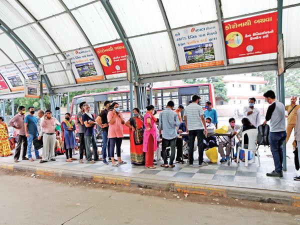 અમદાવાદ શહેરમાં દર સેકન્ડે ત્રણને કોરોનાની રસી, મહાઅભિયાનના ભાગરૂપે એક દિવસમાં રેકોર્ડબ્રેક 1.5 લાખને વેક્સિન અપાઈ|અમદાવાદ,Ahmedabad - Divya Bhaskar