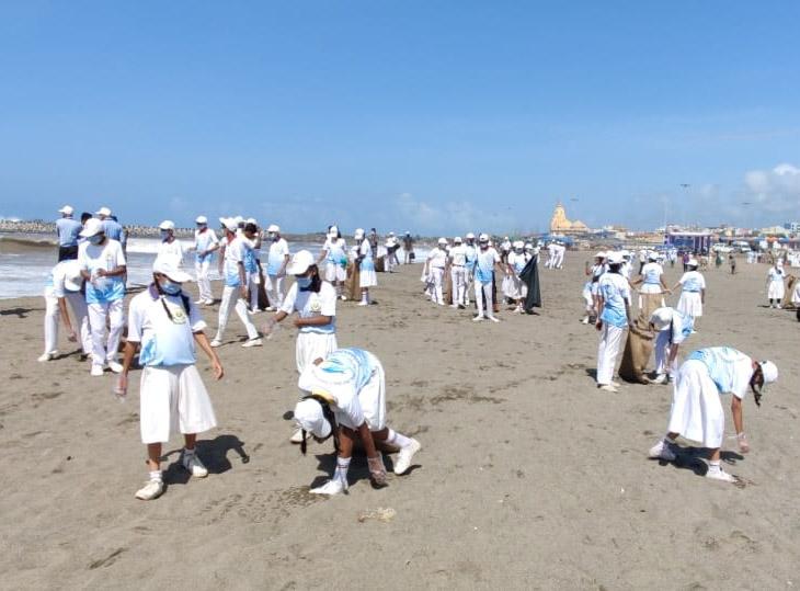 સોમનાથના સમુદ્ર કિનારે સફાઈ કરી રહેલ વિદ્યાર્થીઓ - Divya Bhaskar