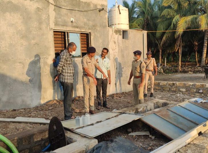 સ્થળ પર તપાસ કરી રહેલ પોલીસ અધિકારીઓ - Divya Bhaskar