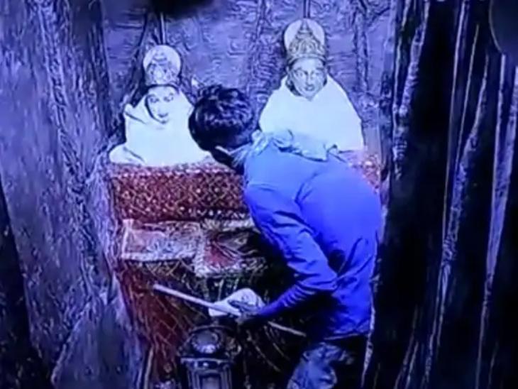 વૈષ્ણોદેવી મંદિરના ગર્ભગૃહનું તાળું તોડી 3.86 લાખની ચોરી, તસ્કરો 500 ગ્રામ વજનનું ચાંદીનું યંત્ર - પાદુકા ચોરી ગયા|ગાંધીનગર,Gandhinagar - Divya Bhaskar