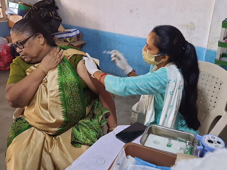 જિલ્લામાં યોજાયેલા વેક્સિનેશન અભિયાનમાં આરોગ્ય કર્મીઓ રાત્રે 12 વાગ્યા સુધી કામગીરીમાં જોડાયા હતા. - Divya Bhaskar