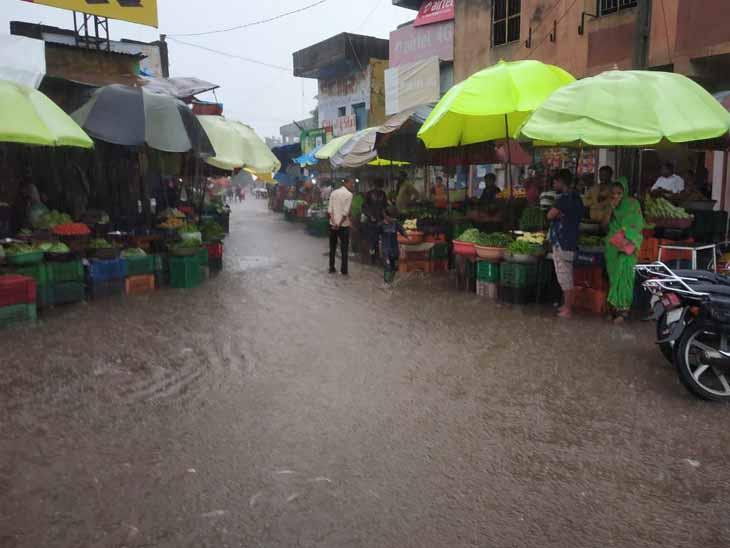 દહેગામ ખાતે કલાકમાં 1 ઇંચ વરસાદ પડતા નીચાણવાળા વિસ્તારોમાં પાણી ભરાયા હતા. - Divya Bhaskar