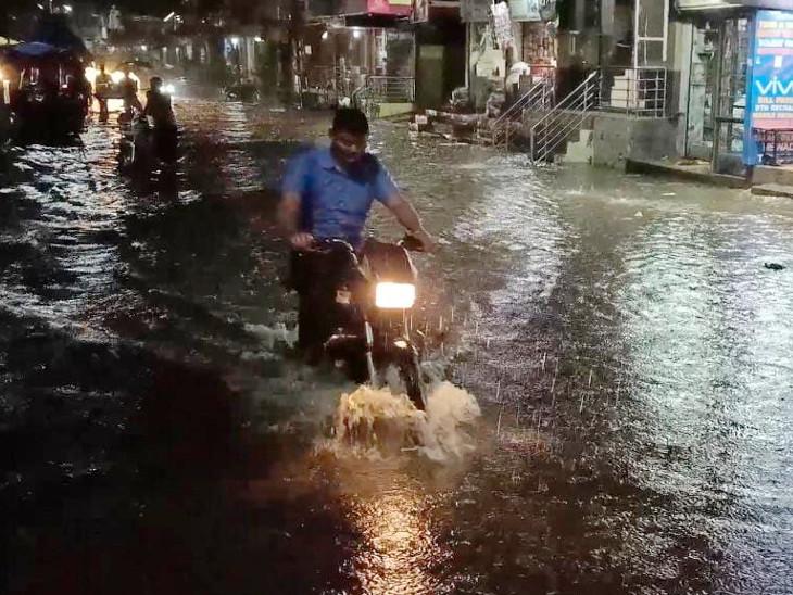 ધનસુરામાં મોડી સાંજે વરસાદ તૂટી પડતાં રસ્તા પર પાણી ભરાયા હતા. - Divya Bhaskar