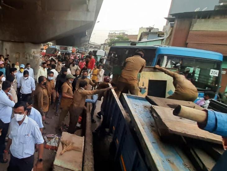 સુરતના લિંબાયત ઝોન વિસ્તારમાં બ્રિજ નીચે દબાણ કરેલા લારી-ગલ્લા અને દુકાનો પોલીસ બંદોબસ્ત સાથે દૂર કરાયા|સુરત,Surat - Divya Bhaskar