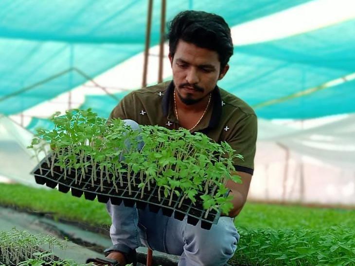 અભ્યાસ અને પારંપારિક અનુભવના આધારે તેમના ખેતરમાથી વાર્ષિક આવક આઠ ઘણી વધારી દીધી