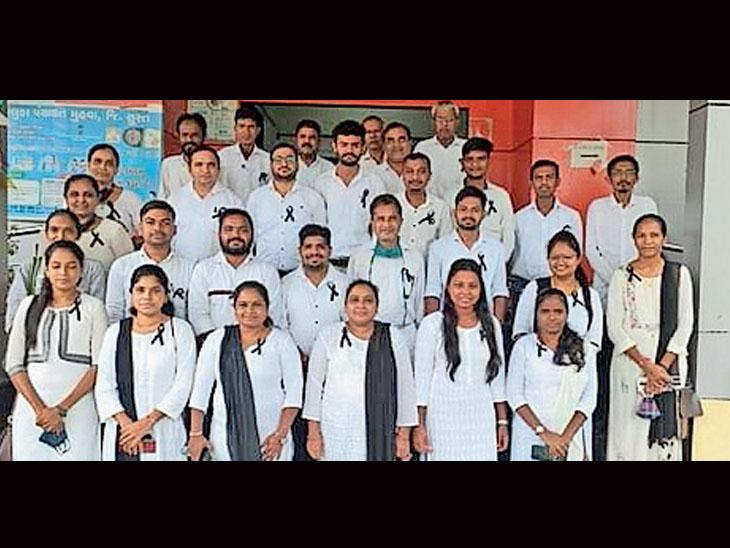 મહુવા તાલુકાના તલાટીઓ દ્વારા કાળી પટ્ટી ધારણ કરી વિરોધ પ્રદર્શન|મહુવા (સુરત),Mahuva (Surat) - Divya Bhaskar
