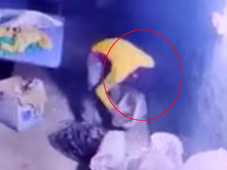 સુરતના આંજણા ફાર્મમાં બંધ એમ્બ્રોઈડરીના કારખાનામાંથી થયેલી 25 હજારની ચોરી CCTVમાં કેદ સુરત,Surat - Divya Bhaskar