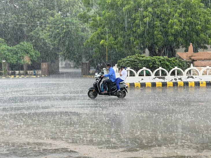 રાજકોટમાં ધોધમાર વરસાદ, ભારે વરસાદને લઇ નુકસાનીનો સર્વે પૂર્ણ, 11 ચો.મી.થી વધુ એરિયામાં ડામર ઉખડી ગયાનું સામે આવ્યું રાજકોટ,Rajkot - Divya Bhaskar