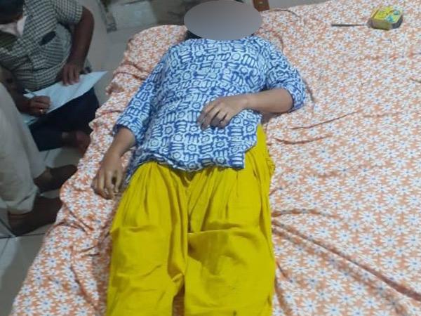 રાજકોટમાં મોદી સ્કૂલની શિક્ષિકાએ ગળાફાંસો ખાઇ જિંદગી ટૂંકાવી, પોલીસ તપાસમાં કામના ભારણથી આપઘાત કર્યાનું ખુલ્યું રાજકોટ,Rajkot - Divya Bhaskar