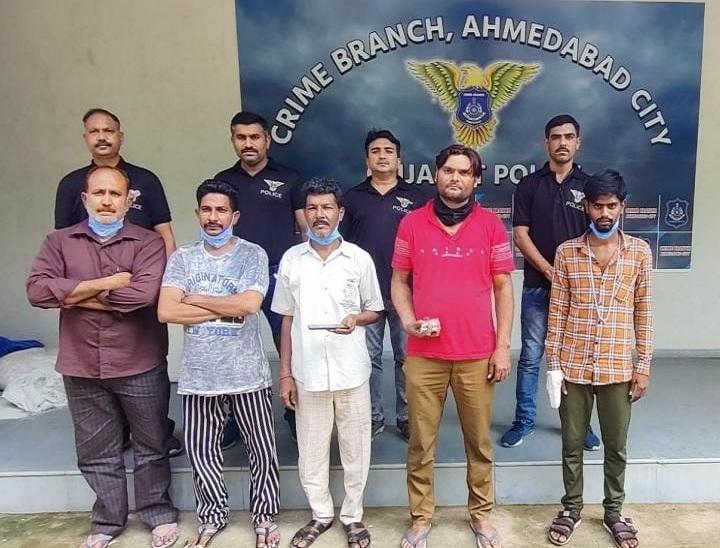 અમદાવાદમાં AMTS/BRTS અને એસ.ટી બસોમાં રોકડ અને દાગીનાની ચોરી કરતી ગેંગના પાંચ ઈસમો પકડાયા|અમદાવાદ,Ahmedabad - Divya Bhaskar