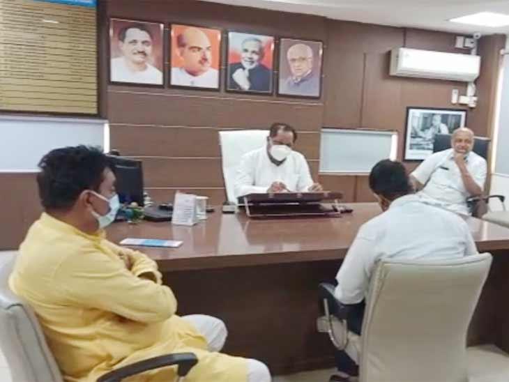 અમદાવાદમાં ઠેરઠેર ખાડા હોવા છતાં શહેરમાં માત્ર 214 જેટલા જ ખાડા હોવાનો મ્યુનિસિપલ કોર્પોરેશનનો દાવો, અધિકારીઓ અને શાસકોની બેઠક મળી અમદાવાદ,Ahmedabad - Divya Bhaskar