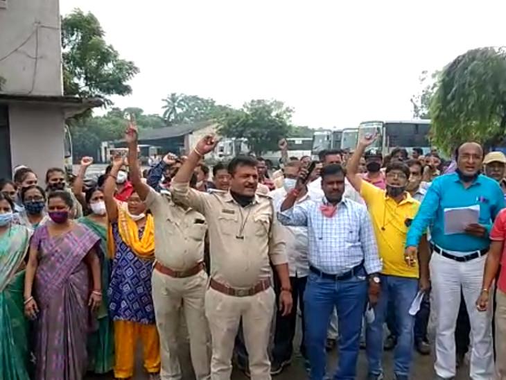 સુરતમાં ST નિમગના કર્મચારીઓનું વિરોધ પ્રદર્શન,પડતર માગોને લઈ કાળી પટ્ટી બાંધી નારેબાજી કરી|સુરત,Surat - Divya Bhaskar