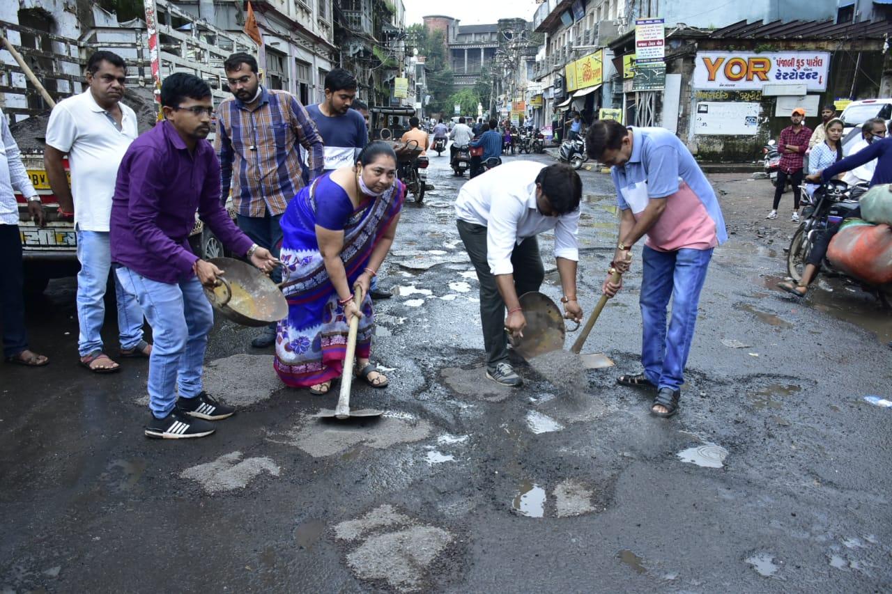 કોંગી નેતાઓએ ચાલુ વરસાદે તગારા-પાવડા ઉપાડી રસ્તા પર ખાડા પૂર્યા, 90% રસ્તા રિપેર થયાના મનપાના દાવા ખોટા : કોંગ્રસ શહેર પ્રમુખ રાજકોટ,Rajkot - Divya Bhaskar