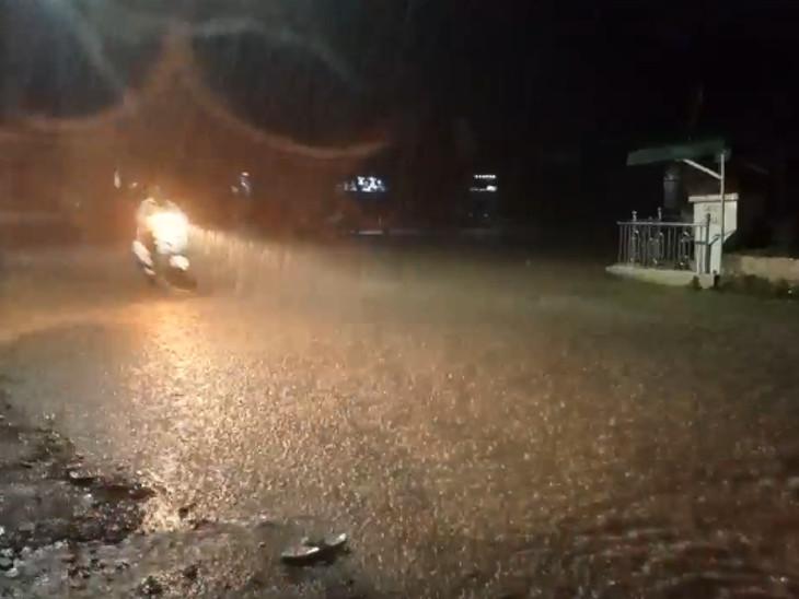ધોધમાર વરસાદને પગલે અનેક નીચાણવાળા વિસ્તારોમાં પાણી ભરાઈ ગયા હતા