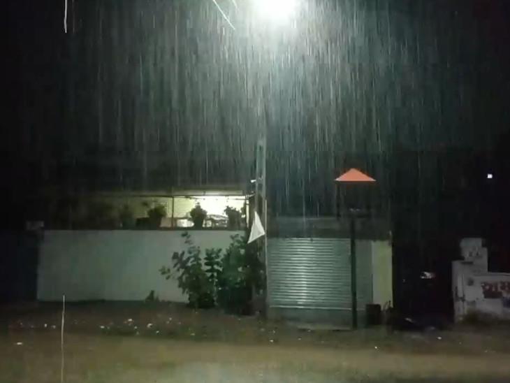 ભારે વરસાદને કારણે શહેરના અનેક વિસ્તારમાં વીજળી ગુલ થઈ ગઈ હતી