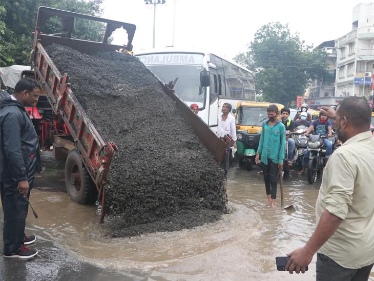 વરસાદમાં 90 કિમીની લંબાઈના 350 રોડ તૂટ્યા, 15 હજાર ખાડા પૂરવા 6.27 કરોડનું આંધણ કરાયું અમદાવાદ,Ahmedabad - Divya Bhaskar