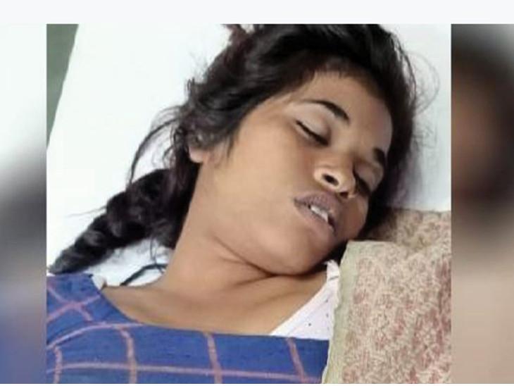 17 વર્ષની બાળકી સોકેટમાં મોબાઈલ ચાર્જર લગાવતી હતી ત્યારે બાજુના પ્લગનો ખુલ્લો વાયર અડી ગયો, વીજ કરંટ લાગવાથી મોત થયું|ઈન્ડિયા,National - Divya Bhaskar
