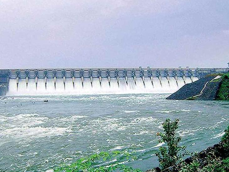 ઉકાઈ ડેમમાંથી 1.90 લાખ ક્યુસેક પાણી છોડાયું, કોઝવનું સ્તર 9 મીટરને વટાવશે|સુરત,Surat - Divya Bhaskar