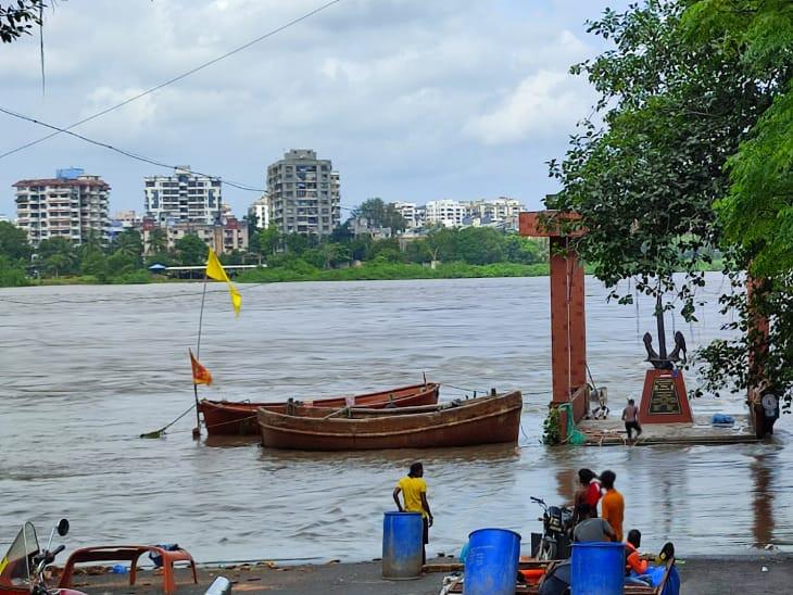 સુરતમાં તાપી દર કલાકે સુરતીઓના ધબકારા વધારી રહી છે, નદી કાંઠેથી લોકોનું સ્થળાંતર, ડેમમાંથી 2 લાખ ક્યુસેક પાણી છોડવાનું યથાવત|સુરત,Surat - Divya Bhaskar